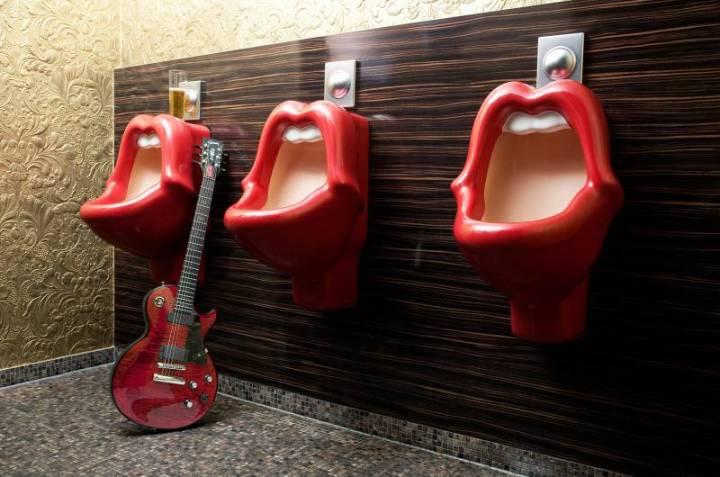 593_8_25hours_Hotel_Frankfurt_TheGoldman-Art-Urinal