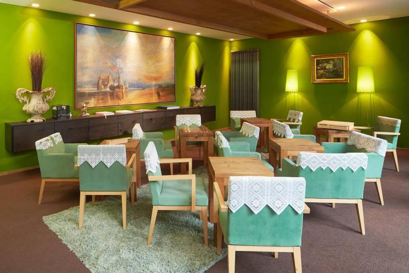 594_8_25hours_Hotel_Frankfurt_TheGoldman-livingroom-1