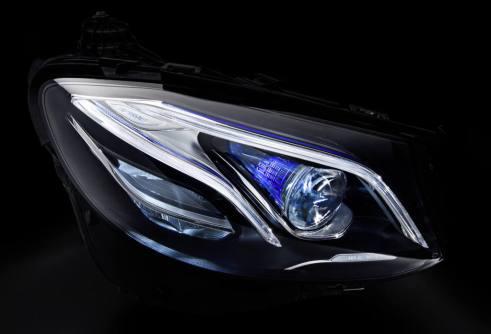 Mercedes-Benz MULTIBEAM LED-Scheinwerfer: Mercedes-Benz MULTIBEAM LED-Scheinwerfer mit einer Raster-Lichtquelle mit 84 LED. Ermöglicht eine noch höhere Auflösung des Lichtbilds. Mercedes-Benz MULTIBEAM LED headlamps: Mercedes-Benz MULTIBEAM LED headlamps with a gridded light source containing 84 LEDs, enabling even higher resolution of the light output.