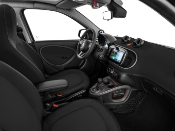 smart forfour crosstown Edition Interior, Multifunktions-Sportlenkrad im 3-Speichen-Design in Leder und mit Ziernähten in grau. ; smart forfour crosstown Edition Interior, 3-spoke multifunction sports steering wheel in leather with grey topstitching;