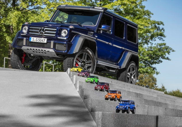 Modellautos: (oben nach unten) Mercedes-Benz G 500 4x4² electricbeam, Mercedes-Benz G 500 4x4² galacticbeam, Mercedes-Benz G 500 4x4² aliengreen, Mercedes-Benz G 500 4x4² tomatored, Mercedes-Benz G 500 4x4² sunsetbeam, Mercedes-Benz G 500 4x4² mauritiusblau Model Cars: (top to bottom) Mercedes-Benz G 500 4x4² electric beam, Mercedes-Benz G 500 4x4² galactic beam, Mercedes-Benz G 500 4x4² alien green, Mercedes-Benz G 500 4x4² tomato red, Mercedes-Benz G 500 4x4² sunset beam, Mercedes-Benz G 500 4x4² Mauritius blue